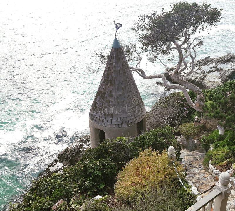 Klippatorn i den Laguna stranden royaltyfria bilder