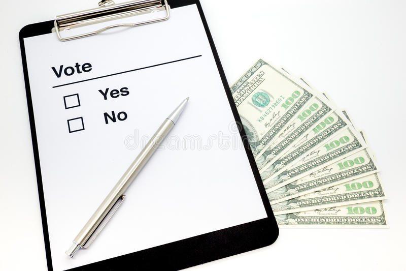 Klippbrett mit Stimmzettel und Dollarscheinen stockbild