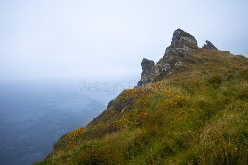 Klippe im Nebel lizenzfreie stockfotos