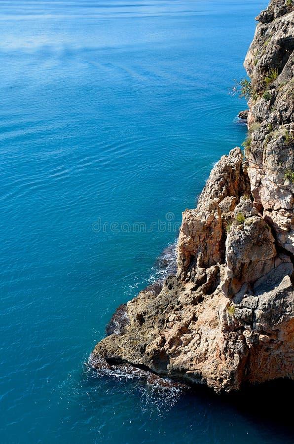 Klippe und blaues Meer stockbilder