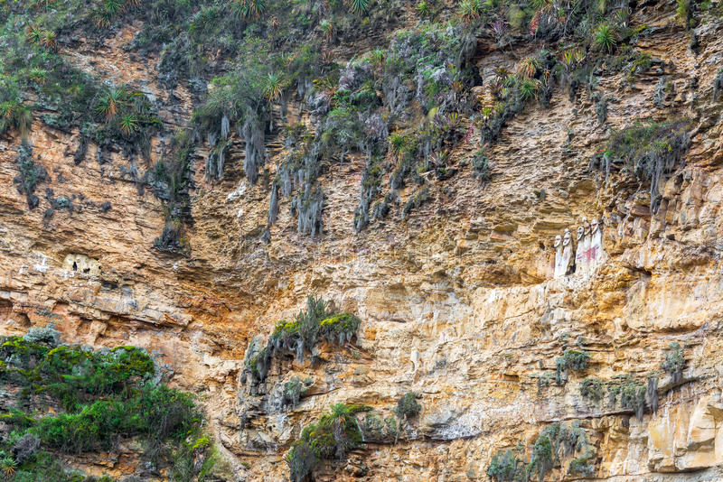 Klippe und Sarkophage nahe Chachapoyas, Peru lizenzfreies stockbild