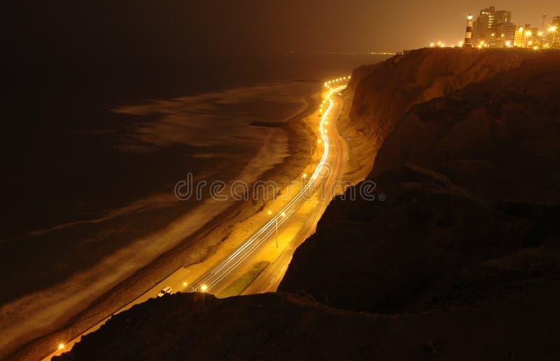 Klippe vom Pazifischen Ozean auf Nacht lizenzfreie stockfotografie