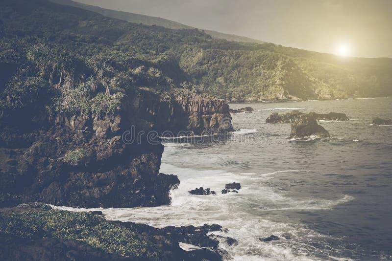 Klippen über dem Ozean in Maui Hawaii stockbild