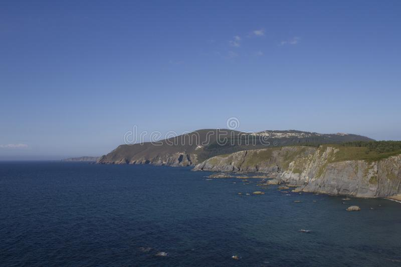 Klippen auf der Küste gebadet durch das Meer lizenzfreies stockbild