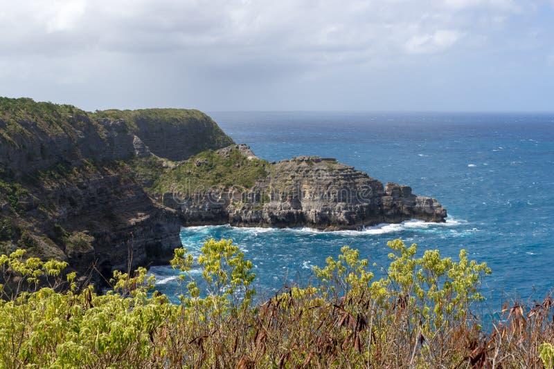 Klippen bei Pointe de la Grande Vigie - das nördlichste Teil von Guadeloupe stockbild