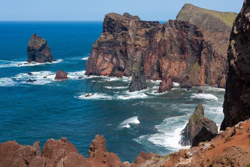 Klippen bij St Lawrence Madeira die ongebruikelijke verticale rotsvorm tonen stock foto