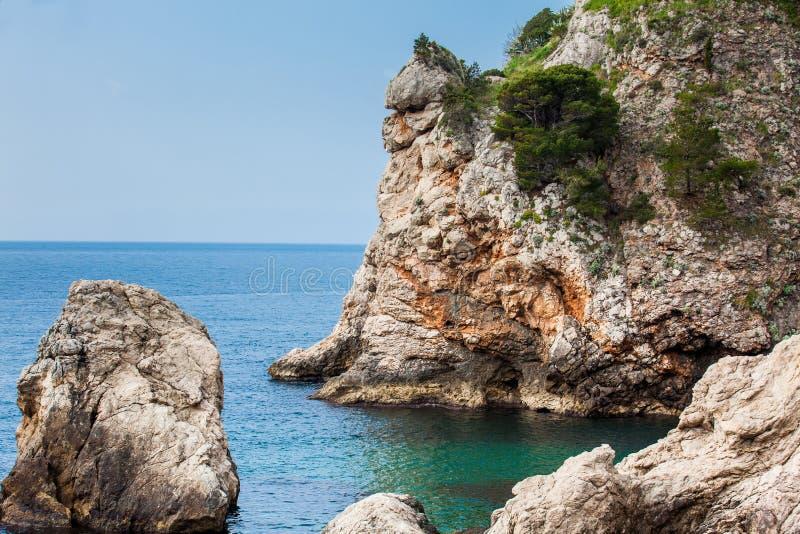 Klippen der Dubrovnik-K?ste an einem sch?nen Fr?hlingstag stockbild