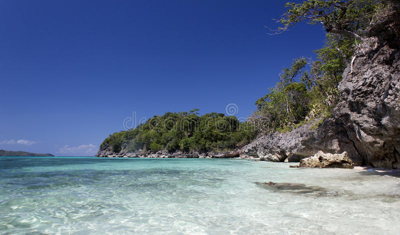 Klippen dichtbij Puka Shell Beach Wit Strand stock afbeeldingen