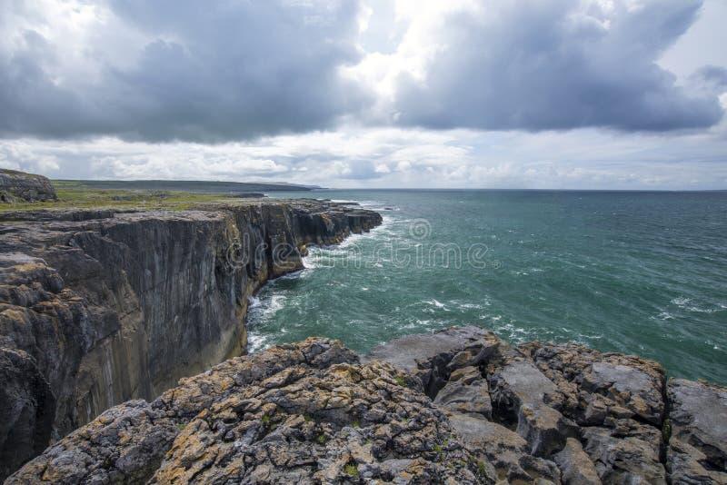 Klippen en oceaan stock afbeeldingen
