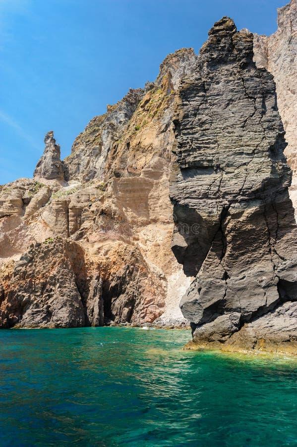 Klippen en rotsen van Lipari, Italië stock afbeeldingen