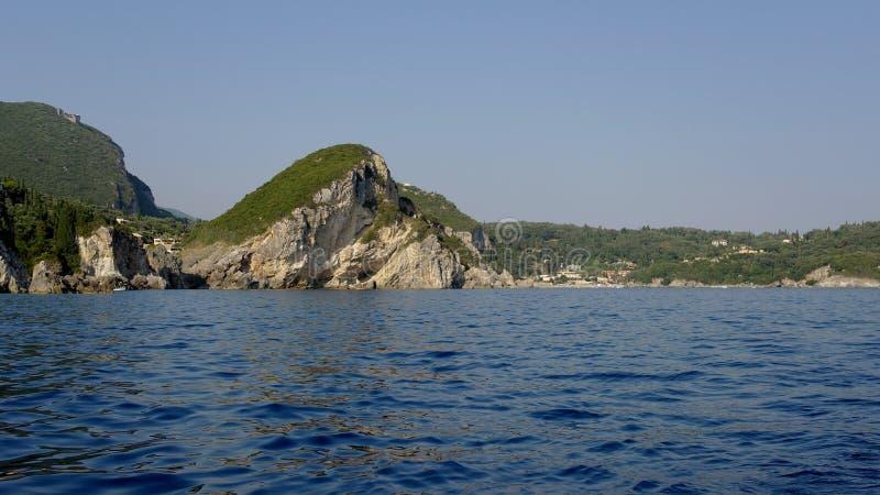Klippen im Meer stockbild