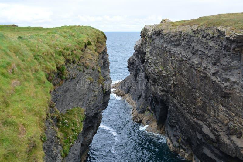 Klippen in Irland lizenzfreie stockfotos