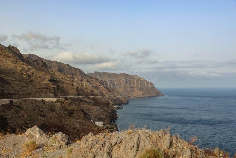 Klippen Las Gaviotas der Anaga-Berge teils bedeckt durch Wolken Santa Cruz de Tenerife, Kanarische Inseln stockbilder