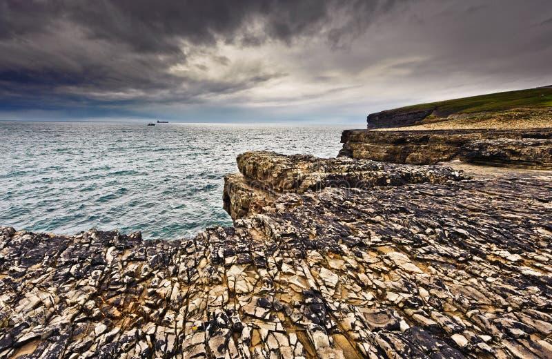 Klippen onder dramatische hemel, het Hoofd van de Lijn, Ierland stock fotografie