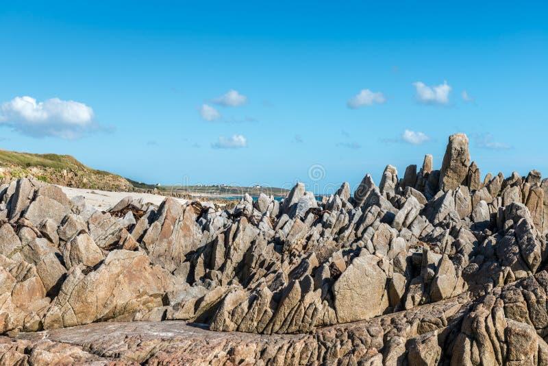 Klippen op het strand dichtbij Plouhinec (Frankrijk) stock foto