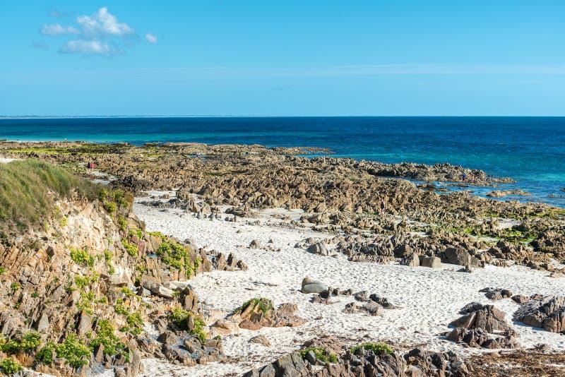 Klippen op het strand dichtbij Plouhinec (Frankrijk) stock fotografie