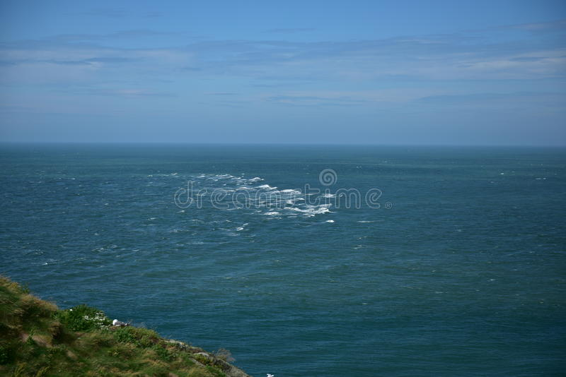 Klippen over de oceaan royalty-vrije stock fotografie