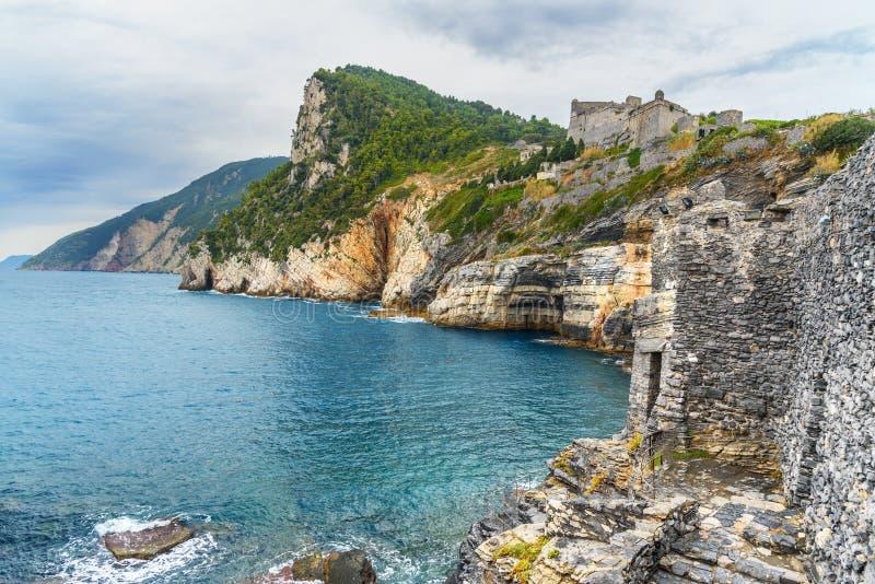 Klippen overzeese kust met Grotta-Di Lord Byron in de stad van Portovenere of Porto Venere op Ligurian kust Italië royalty-vrije stock afbeelding