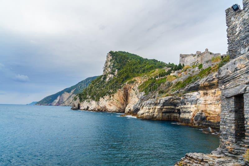 Klippen overzeese kust met Grotta-Di Lord Byron in de stad van Portovenere of Porto Venere op Ligurian kust Italië royalty-vrije stock afbeeldingen