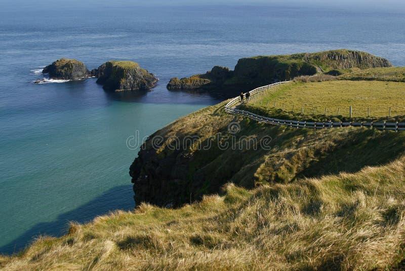 Klippen um Carrick-a-Rede Seil-Brücke, Irland lizenzfreie stockfotografie