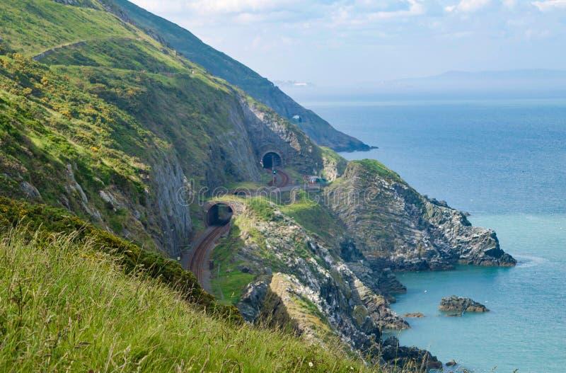 Klippen und Abhang in Wicklow, Irland Irisches Meer auf den rechten und Eisenbahntunneln sichtbar im cliffside stockbild