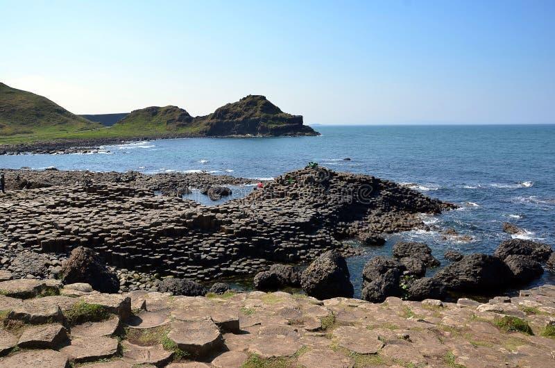 Klippen und Felsen durch das Nord-Irland-Meer mit riesiger Damm stockfoto
