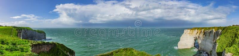 Klippen van à ‰ tretat in Normandië stock afbeeldingen