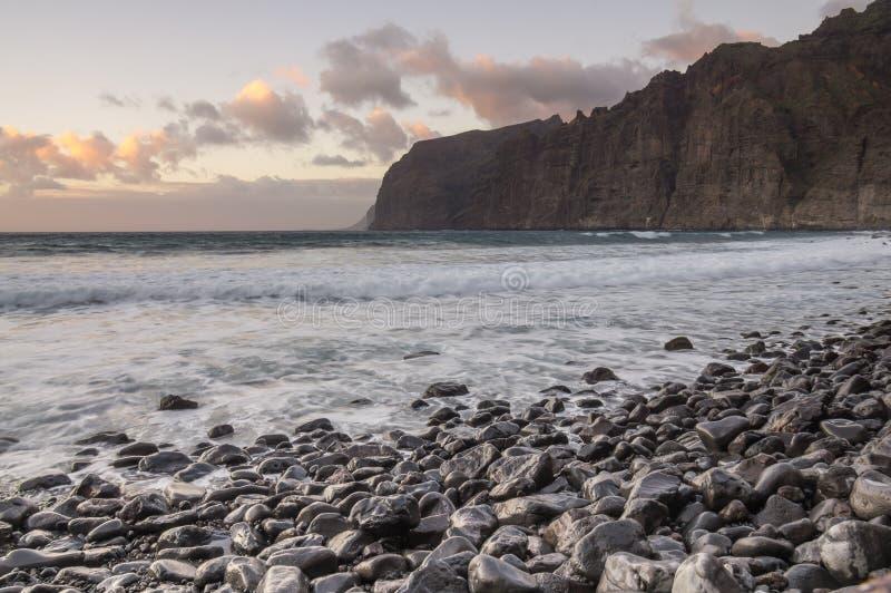 Klippen van Los Gigantes bij zonsondergang royalty-vrije stock foto
