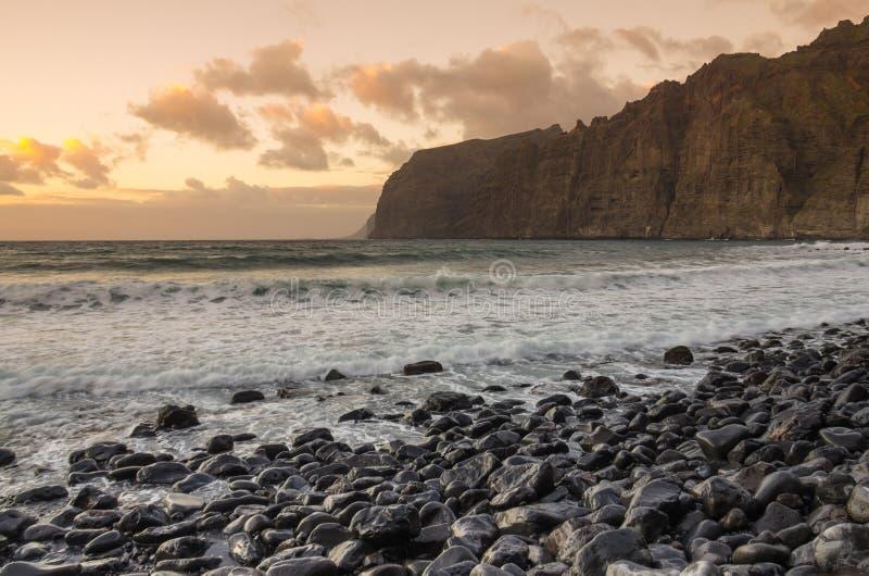 Klippen van Los Gigantes bij zonsondergang royalty-vrije stock afbeeldingen