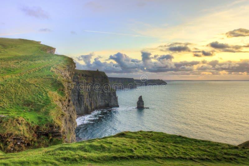 Klippen van Moher bij zonsondergang in Ierland. royalty-vrije stock afbeelding