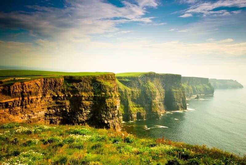 Klippen van Moher onder bewolkte hemel, Ierland stock afbeeldingen