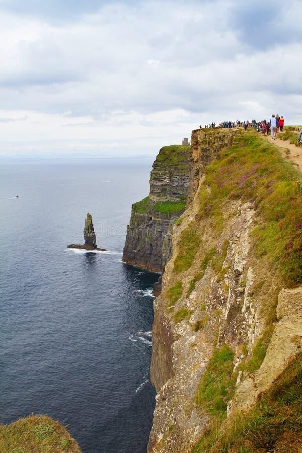 Klippen van Moher, westkust van Ierland, Provincie Clare op de wilde Atlantische Oceaan Foto van een mooi toneel overzees en heme stock fotografie