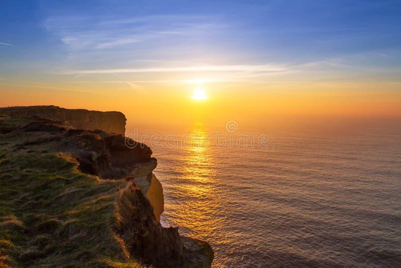 Klippen von Moher bei Sonnenuntergang in Co. Clare stockbild
