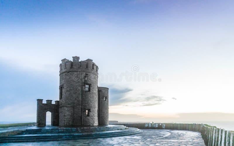 Klippen von Moher bei Sonnenuntergang - Turm O Briens in Co. Clare Ireland Europe. lizenzfreies stockbild