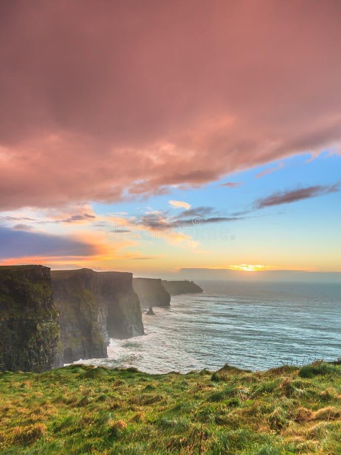Klippen von Moher am Sonnenuntergang in Co Clare Ireland stockbilder