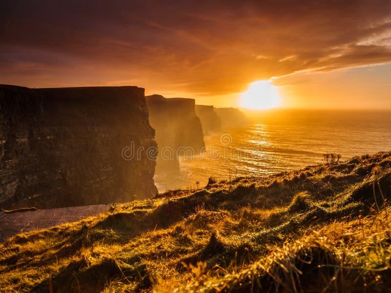 Klippen von Moher am Sonnenuntergang in Co Clare, Irland Europa lizenzfreies stockbild
