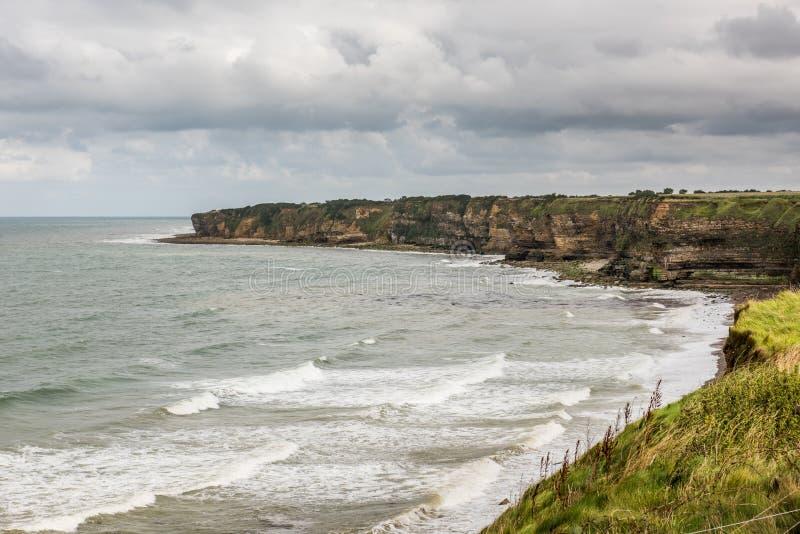 Klippen von Pointe Du Hoc, Normandie stockbild