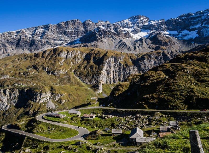 Klippen zu den Bergen zum Dorf lizenzfreie stockfotos
