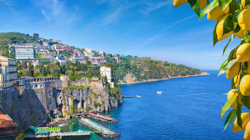 Klippenkustlijn van Sorrento en Golf van Napels, Italië stock afbeeldingen