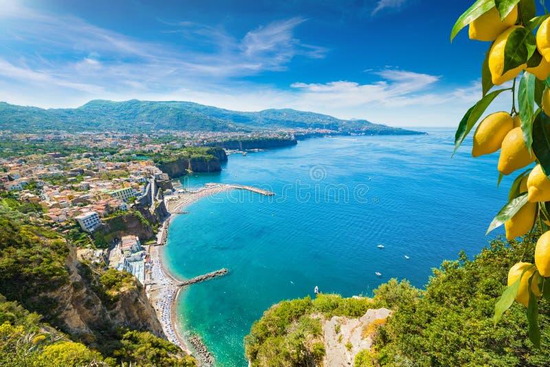 Klippenkustlijn van Sorrento en Golf van Napels, Italië royalty-vrije stock afbeeldingen