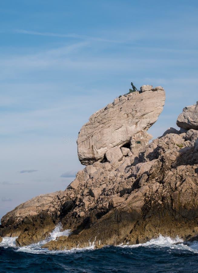 Klippenlandschaft und -Felsformationen auf der Insel von Capri in der Bucht von Neapel, Italien Fotografiert während auf einer Bo stockbild