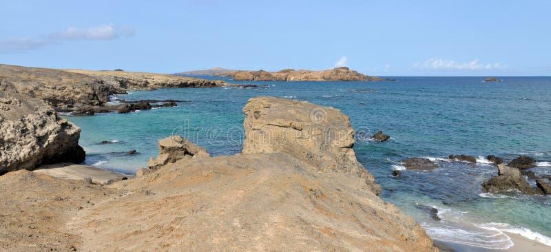 Klippenrand door het strand royalty-vrije stock foto's