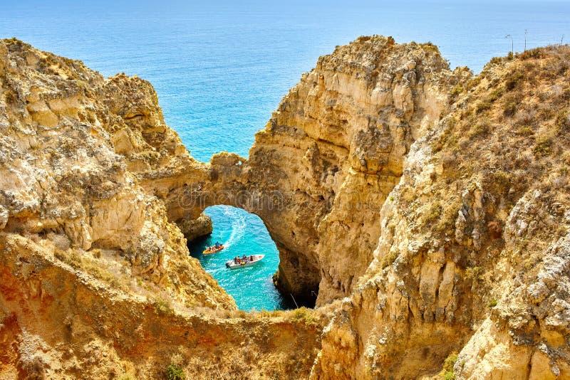 Klippenrotsen en overzeese baai met turkoois water in Lagos, Algarve gebied, Portugal stock foto's