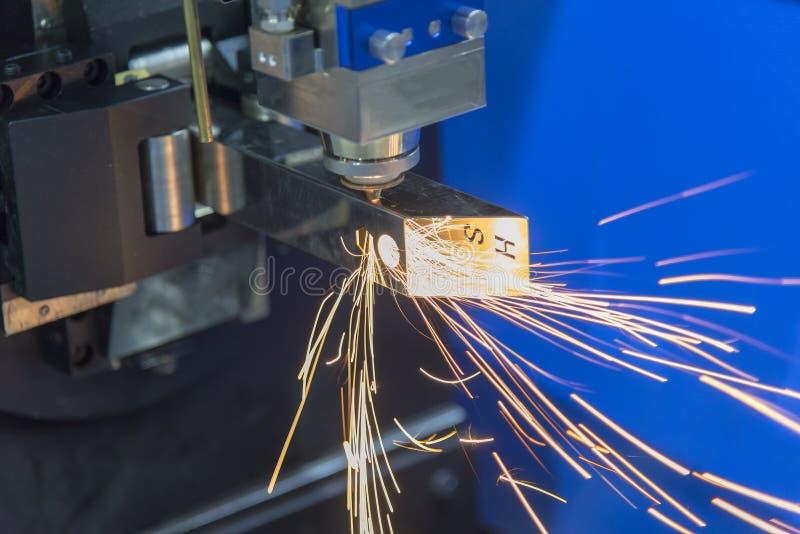 Klippet för bitande maskin för fiberlaser det fyrkantiga röret royaltyfri foto