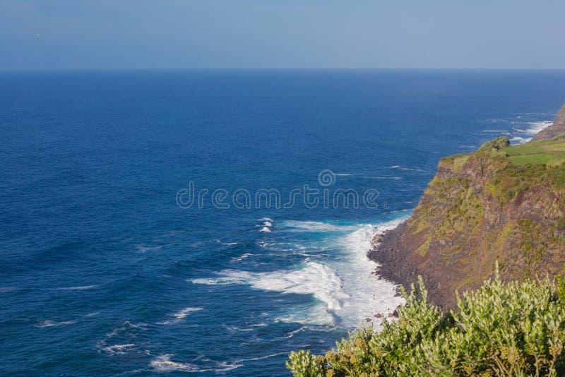 Klippningar och Atlantens oceansikt från observationsdäcket Vigia das Baleias, Terceira royaltyfria bilder