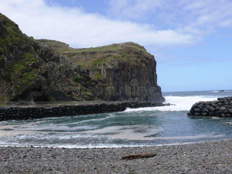 Klippor av basaltorganet i Faial arkivbilder