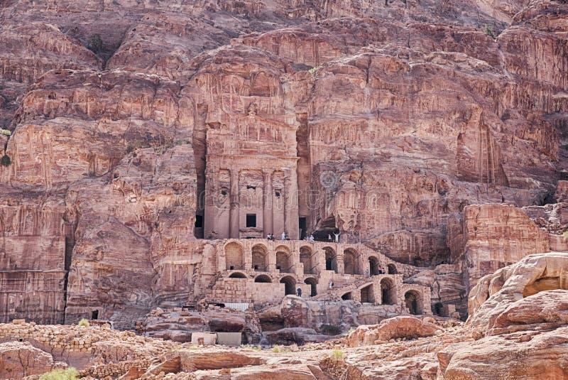 Klippor av Petra By The Urn Tomb arkivbilder