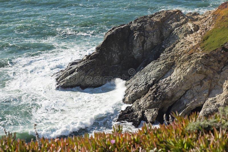 Klippor för glidbana för jäkel` s i Pacifica, Kalifornien arkivbilder