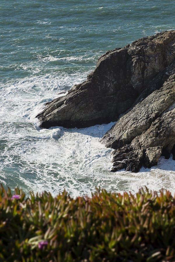 Klippor för glidbana för jäkel` s i Pacifica, Kalifornien arkivfoton
