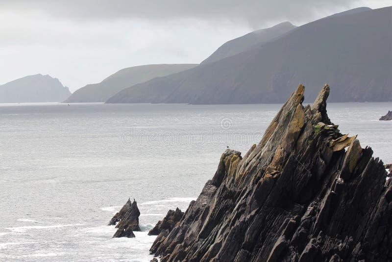 Klippor för grovt hav i det västra Irlandet royaltyfri bild